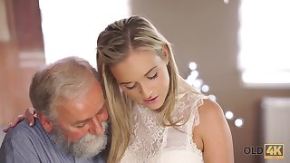 Old womanizer knows even so to maintain beautiful girl to attempt his cock
