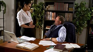Fucking awesome secretary Vicki Chase gets foretell with her aged boss